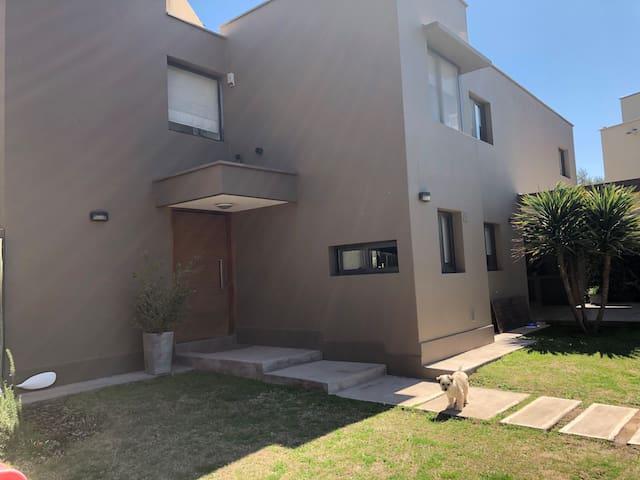 Moderna casa en barrio privado zona exclusiva!!