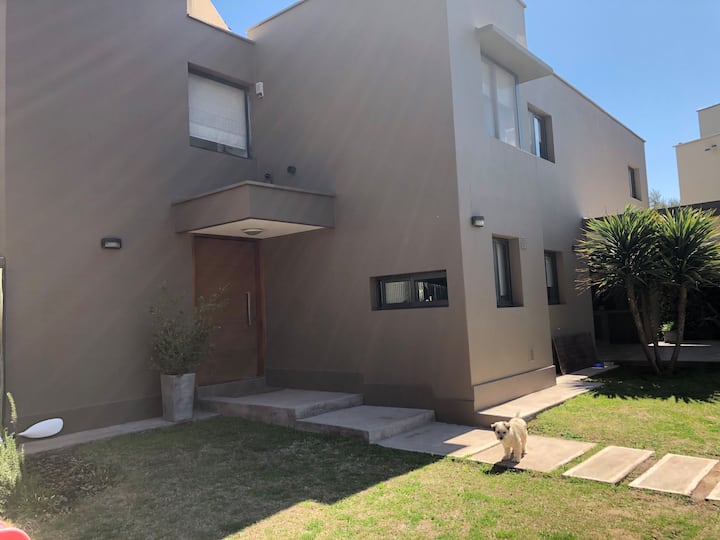 Moderna casa en barrio privado zona exclusiva!!
