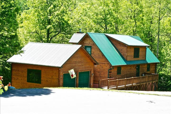 OWLS ROOST-5 BR, 3.5 Bath Private Log Home in Gated Preserve-Sleeps 14