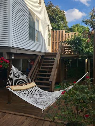 Treetop Beach Bungalow Apt 3 blocks off beach