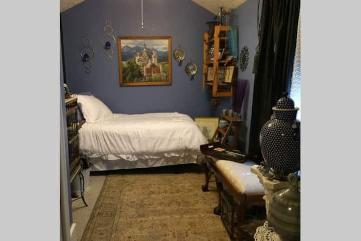 Tour of Europe Room -  in a unique cozy bungalow