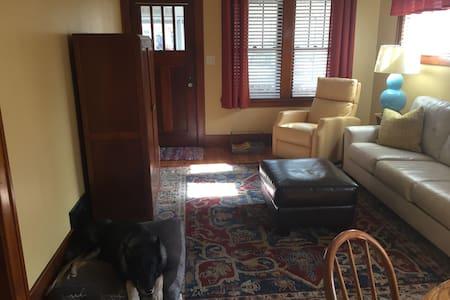 Cozy Bungalow in Hip Benson - Omaha - House