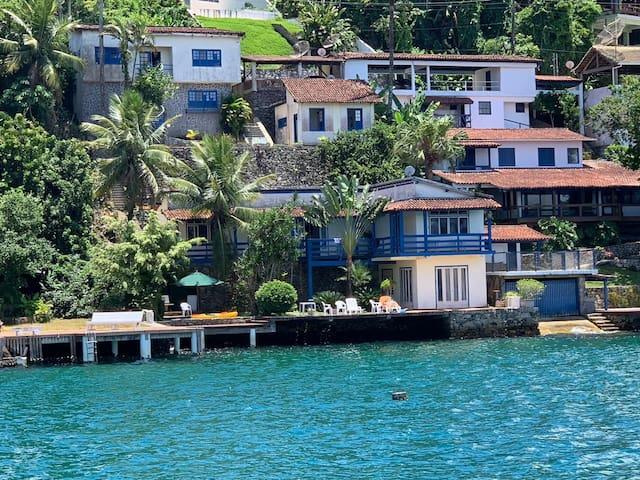 Casa em Angra na Beira do mar em condominio fechad