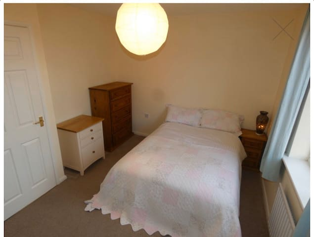 Large double room in pretty town house