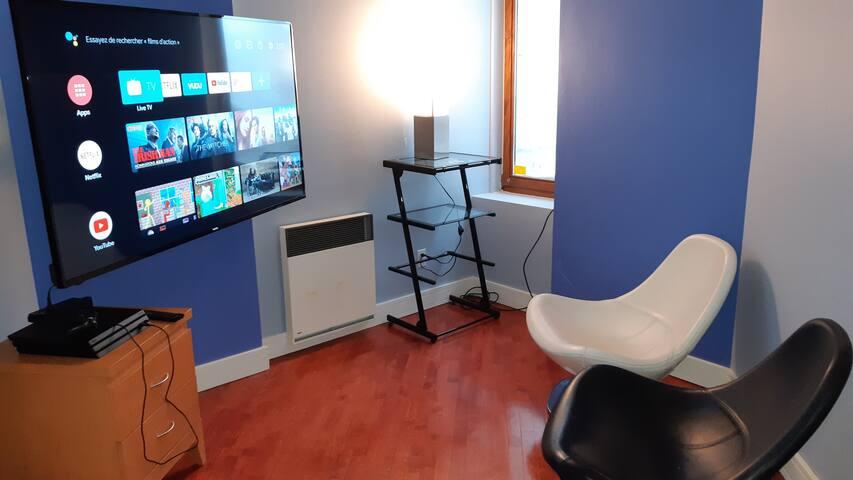 """Fauteuils en cuir italien ultra confortables """"Gamers Seat"""" avec Consolle Play Station 4 PRO et télé 4K de 65 pouces ...beaucoup d'heures de Plaisir & Confort pendant votre séjours ! Plusieurs jeux et connection Wi-Fi haute vitesse illimitée."""