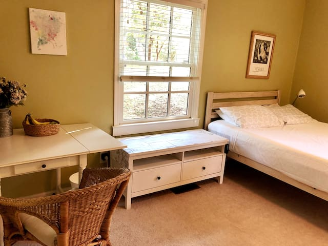 Cozy Guestroom in beautiful Peachtree Hills!