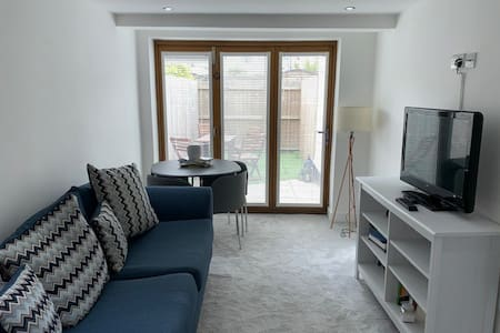 Modern garden flat in Cardiff close to city centre