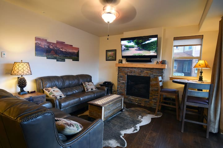 Downtown walk to bars, restaurants W/ Clubhouse Hot Tub, Pool! Trailhead 212