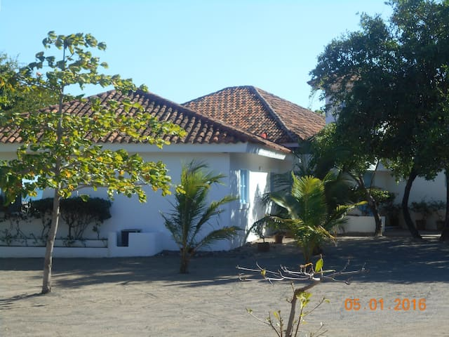 Casa Blanca Tecolapa Beach - Pochomil - Rumah