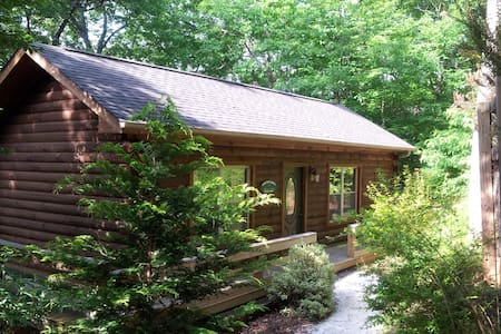 Acorn Cabins: Romantic Getaway Cabin. - Lake Lure