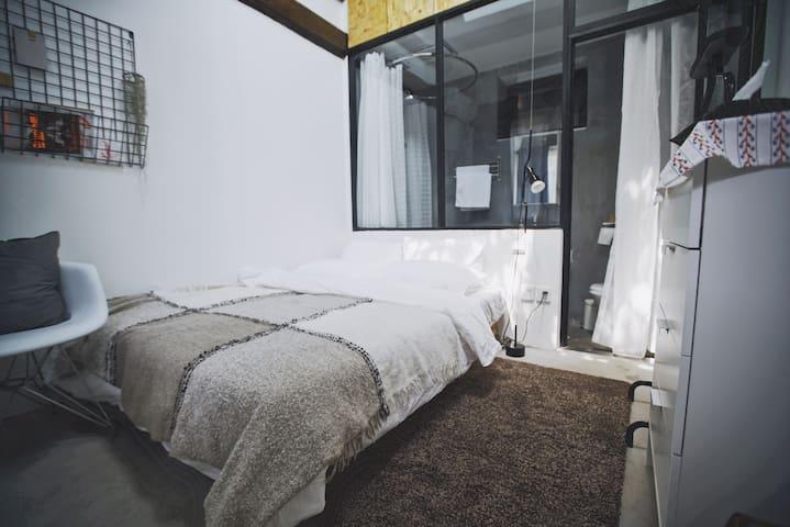 [合适]小院儿 - 鼓楼胡同里带天窗的独立房间 - 北京市 - Bungalou