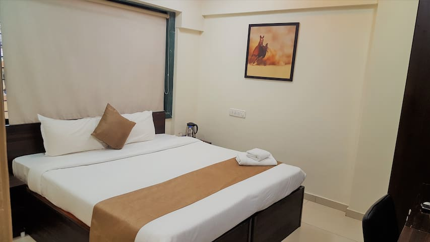 Private room in shared apt nr Metro stn, Andheri E