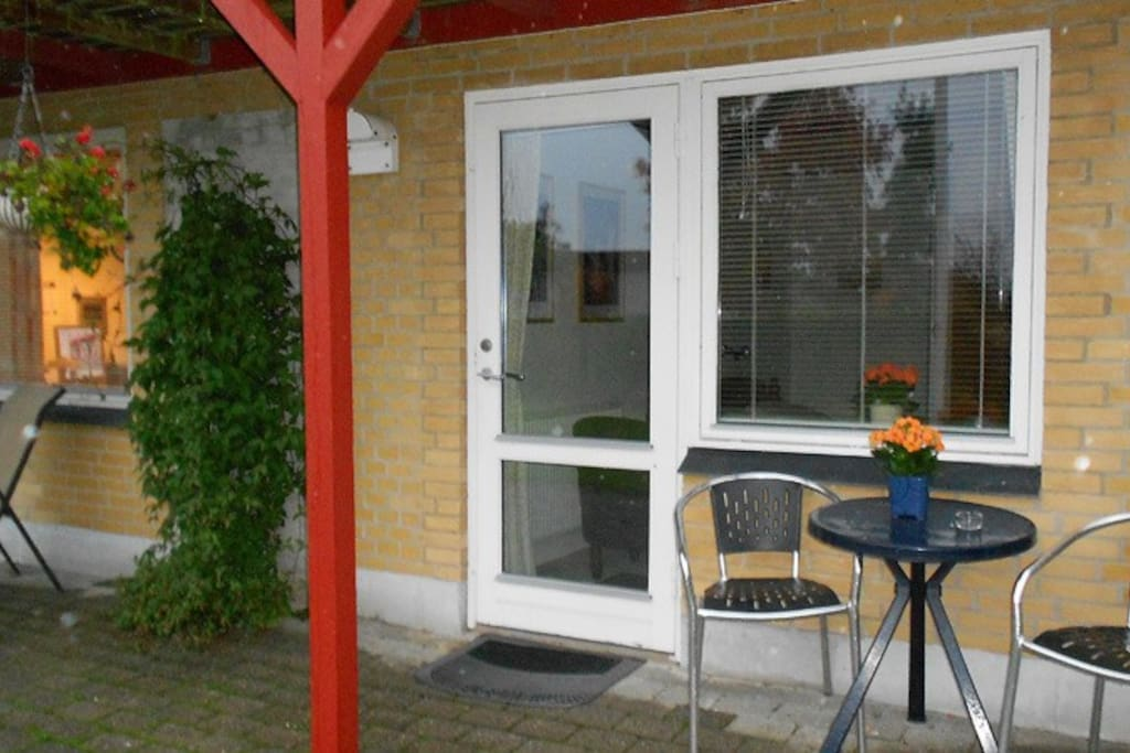 Din private indgang  fra haven. Your private entrance from the backyard