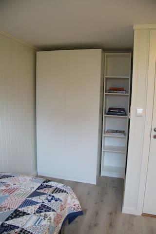 Garderobeplass på soverom 2. Mulighet for madrass på gulv.