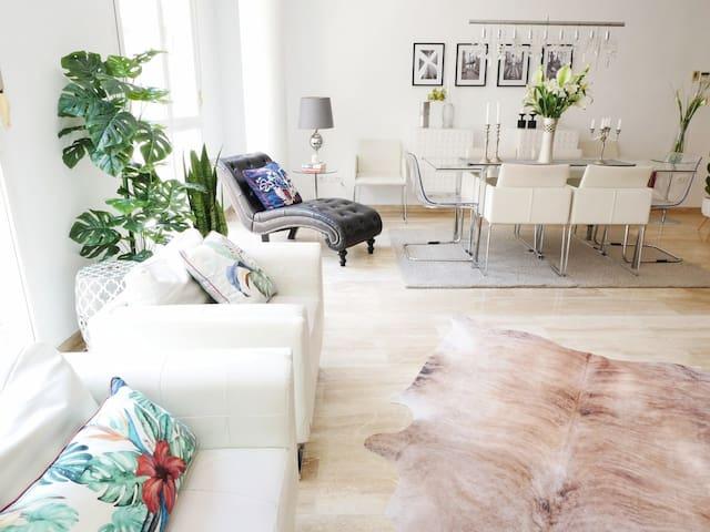 Gran salón-comedor, de 50m2. Large 50sqm living-room. Muy luminoso, con wifi por fibra 300mb. Plenty of natural light, 300mb fiber wifi
