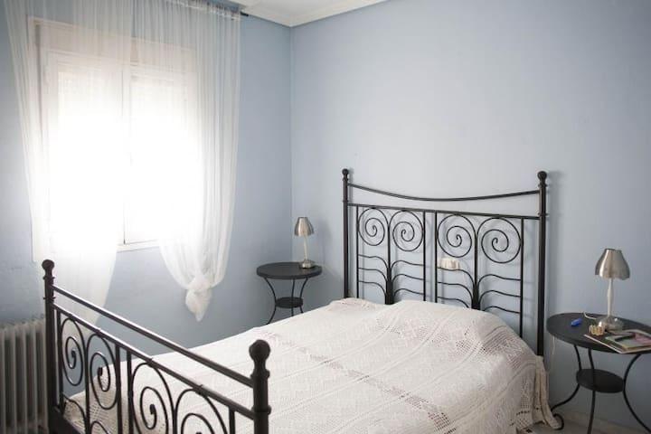 Habitación muy cómoda frente al río Guadalquivir - Gelves - Dům