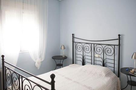 Habitación muy cómoda frente al río Guadalquivir - Gelves