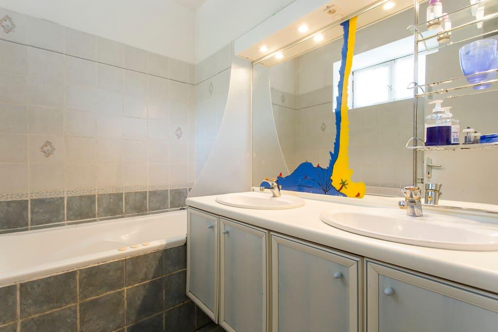 salle de bain ,2 vasques ,baignoire avec bain à bulle
