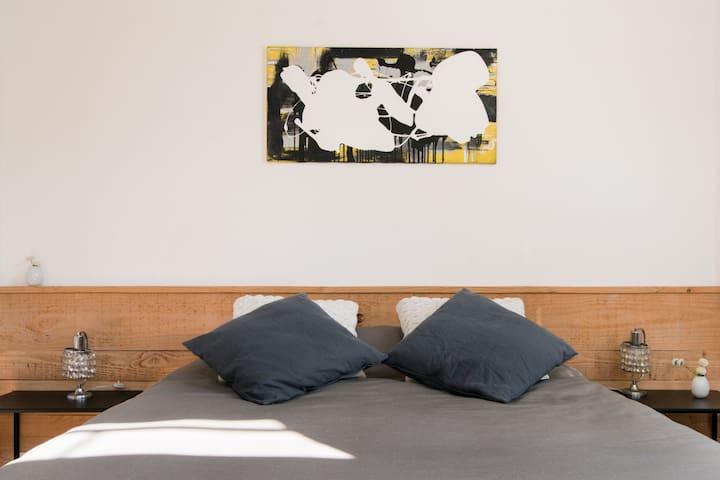 La habitación está decorada con un cuadro pintado por el anfitrión y lámparas antiguas elegidas en el mercado de pulgas local.