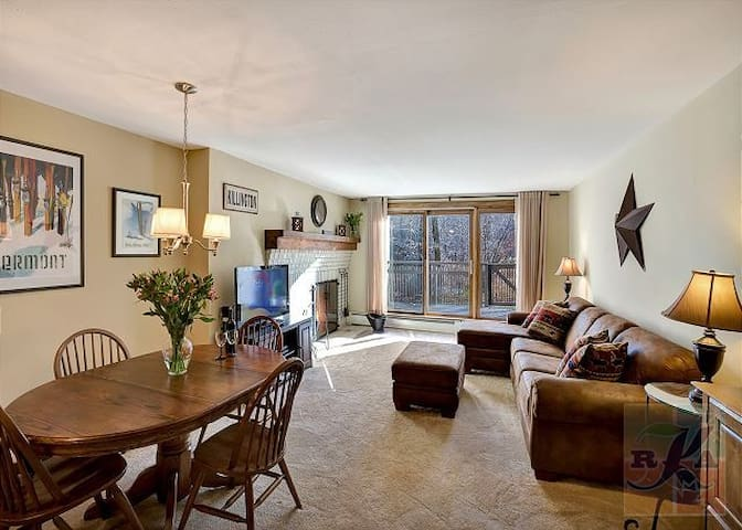 Ski on/Ski off 2 bedroom w/Fireplace Condo