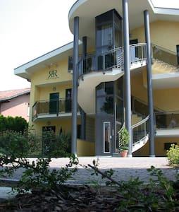 In residence con giardino e piscina - Apartamento