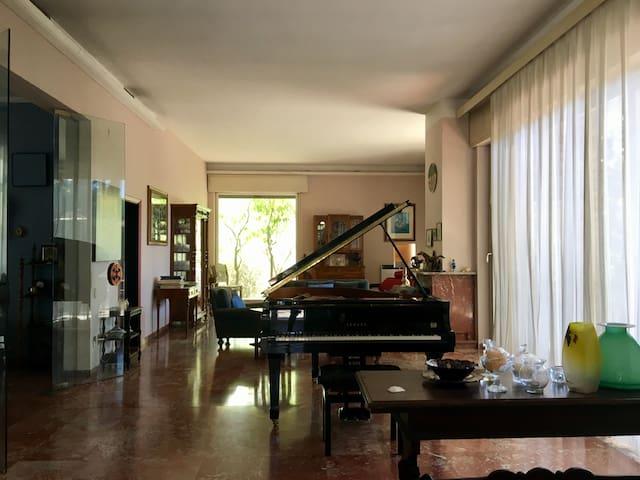 Villa Oasi, Camera Dylan