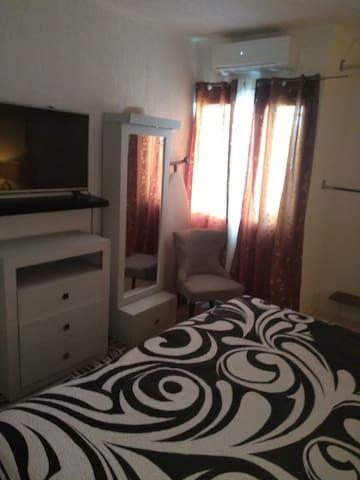 Habitación privada con baño compartido y servicios