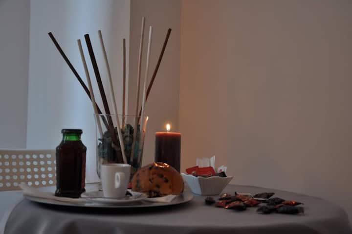 1)Camera matrimoniale/doppia con balcone colazione