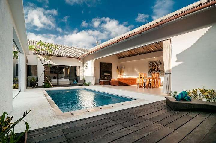 2 BR Luxury Villa Walk to Seminyak Beach !