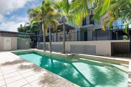 Lovely 3 bedroom 2 bathroom close to Esplanade - Cairns North