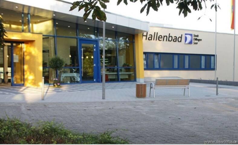 Dillinger Hallenbad (7 Min. Fußweg)