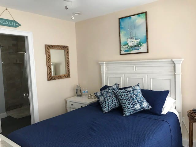 Bedroom 2 blocks from beach, with private bath