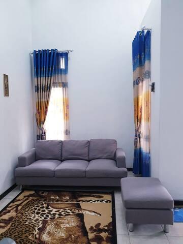 Ruang Tamu dengan Sofa Empuk