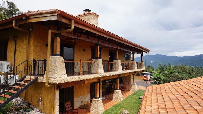 Lujosa casa de montana con acabados en madera