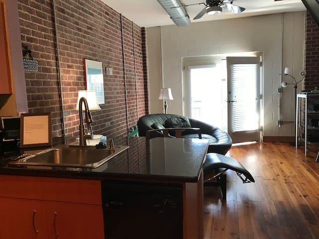 Heart of NoDa Loft•HS WiFi•Work-Dog-friendly