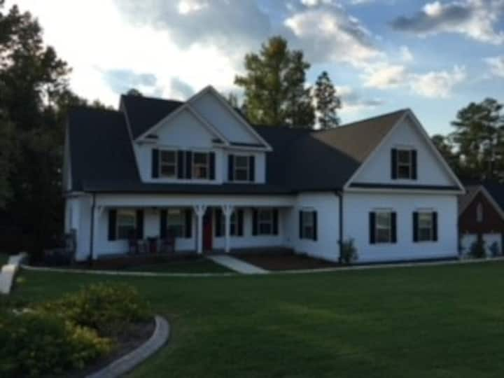 Welcome Masters Guests! 5 Bedroom, 4 Bath Home