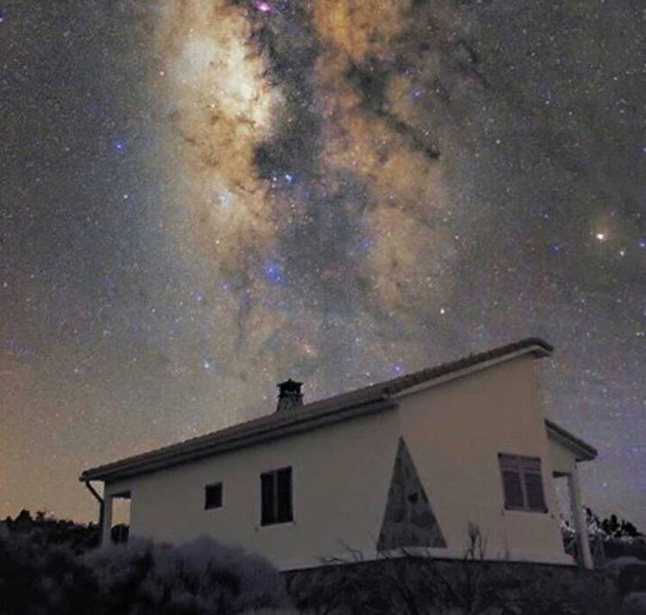 Via Láctea sobre la casa.