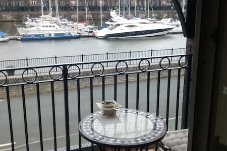 3 bedroom house Liverpool marina - Bed & Breakfast