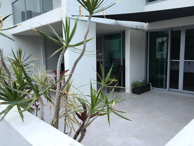Modern Quite Broadbeach Apartment - Broadbeach Waters - Huoneisto