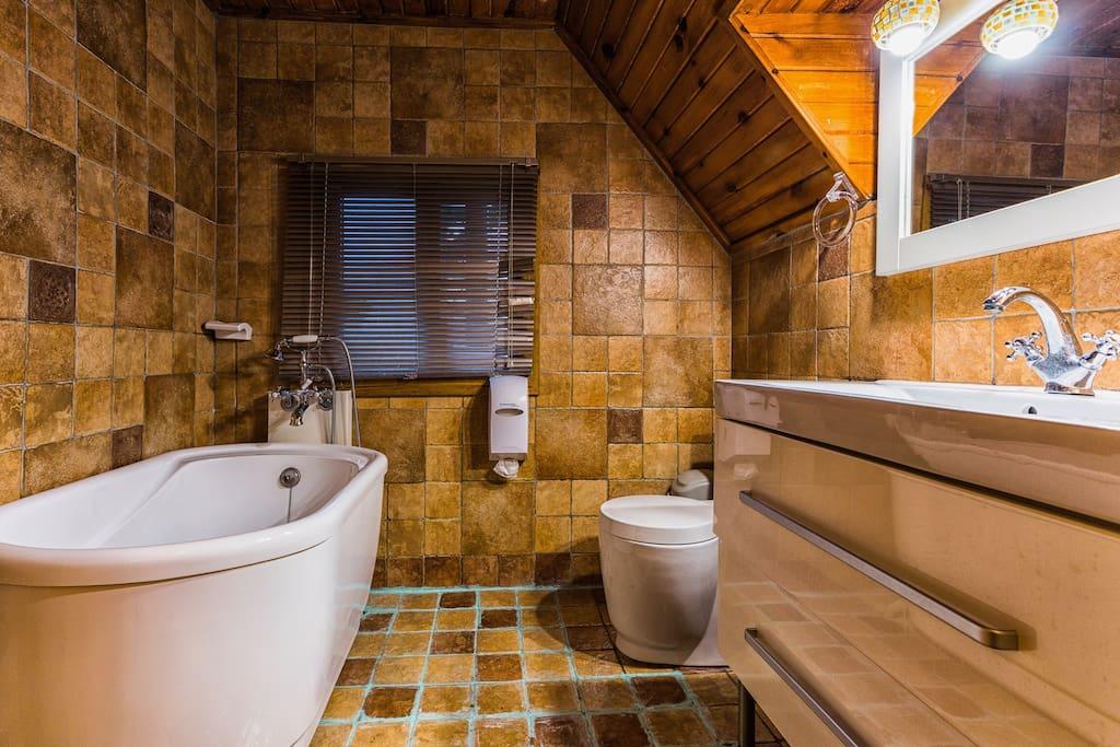 浴室為浴缸式。