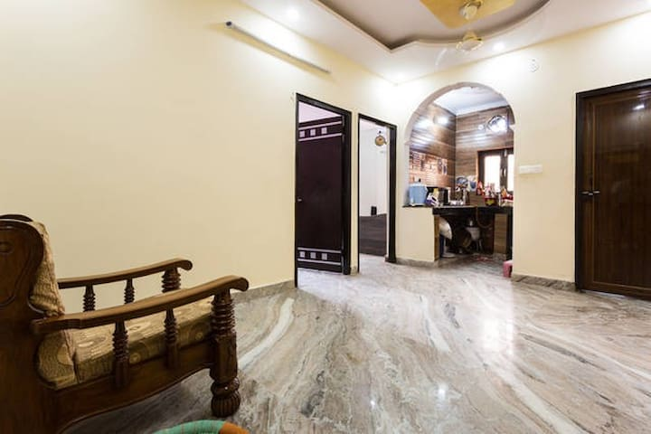 Hall Room + Home-Cooked Meals served (3 times/day) - New Delhi - Huis