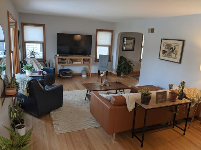 Sunny Bay View home minutes to airport & downtown