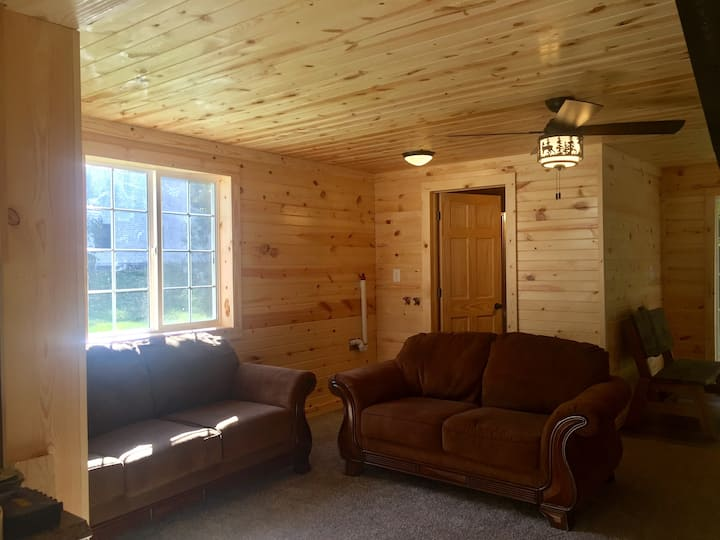Rustic cabin getaway blocks from golfing and lake