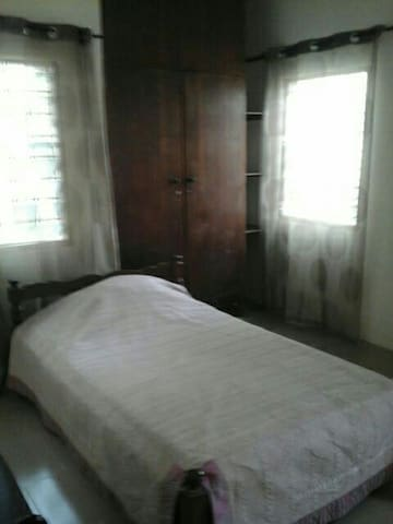 Single room in executive house - Accra - Casa
