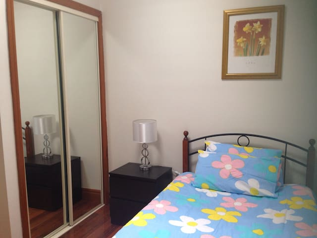 Cozy room easy access city/ airport - Glenroy