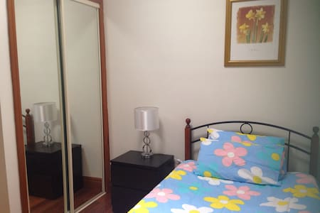 Cozy room easy access city/ airport - Glenroy - 一軒家