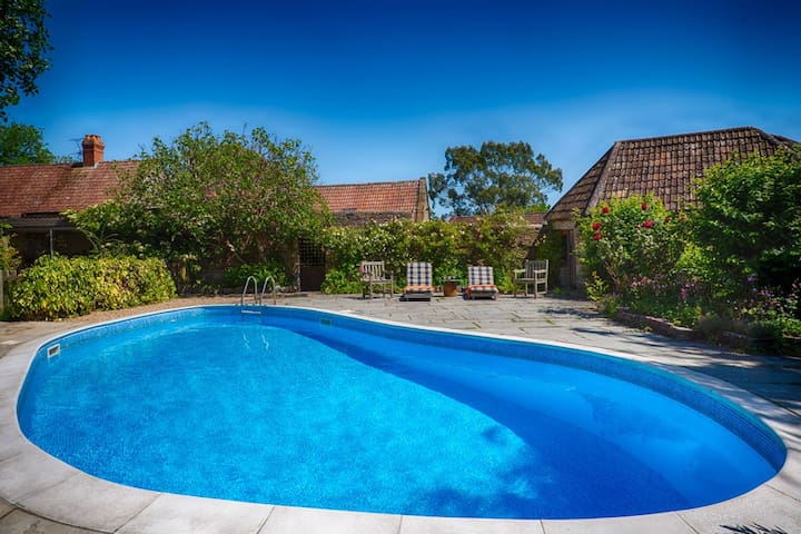 Apple Barn with pool hot tub and sauna