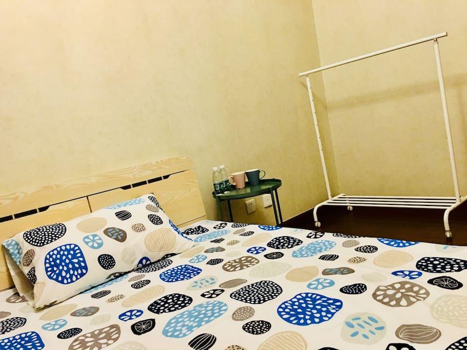 次卧小双人床1.35米宽 2米长