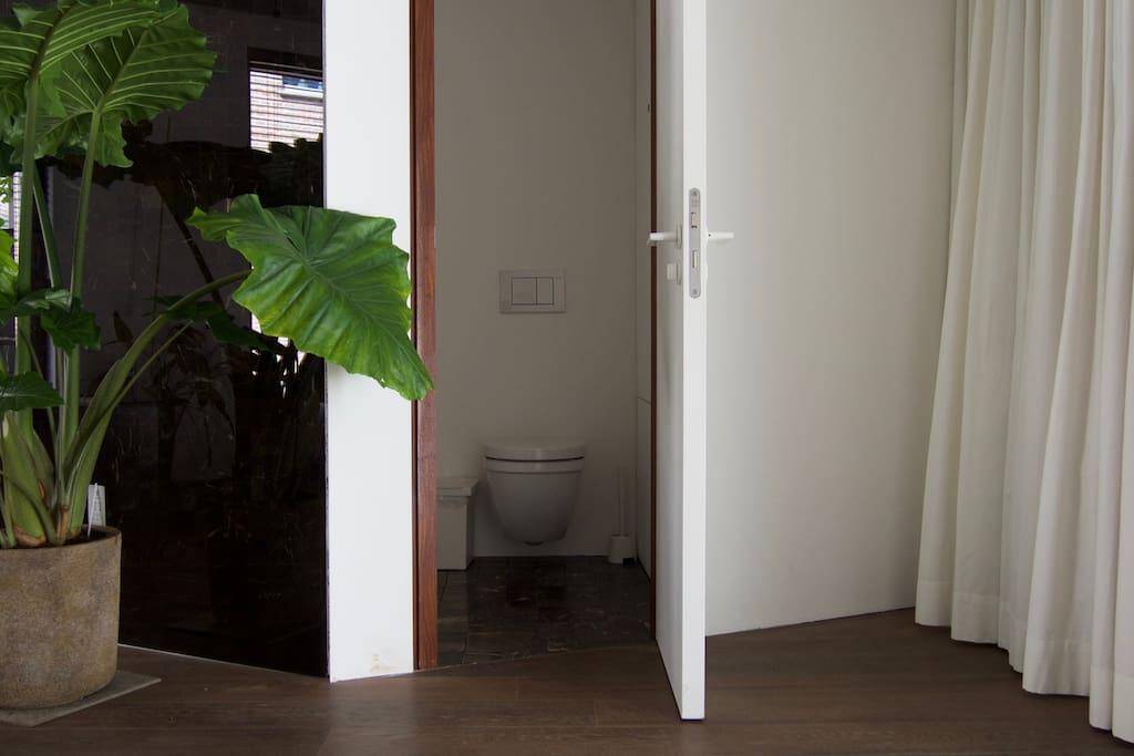 R2 / private toilet