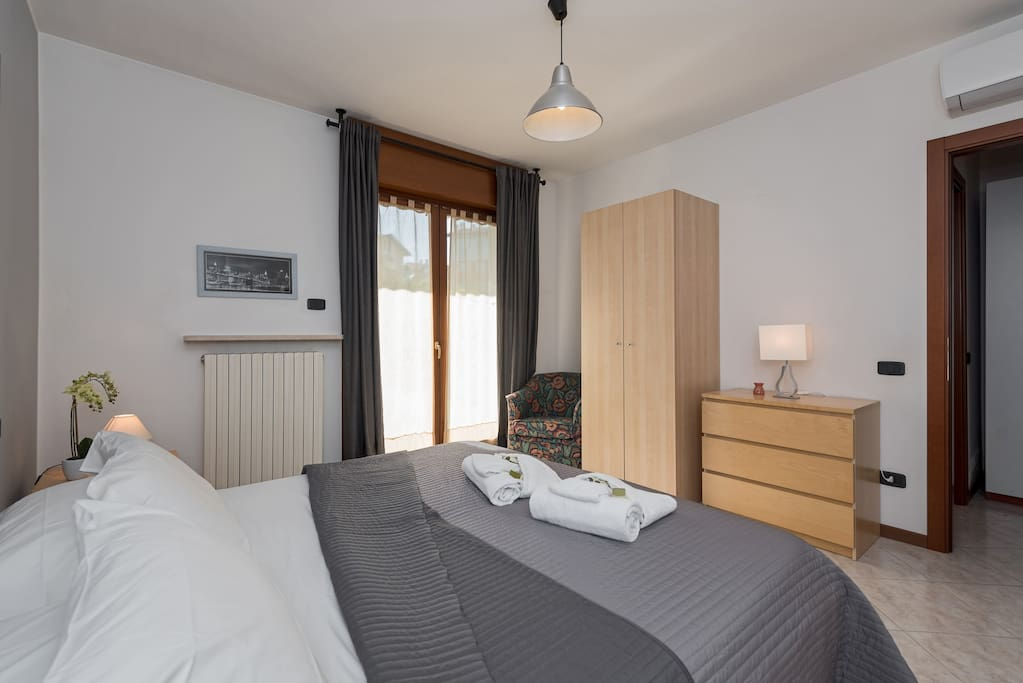 Camera doppia con letto matrimoniale o 2 letti singoli.  - bedroom with queen-size bed or two single beds.
